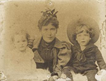 Hellmuth with his sister Hertha and his mother, 1895. Photo: Akademie der Künste, Berlin, JHA 595/11.3.1.