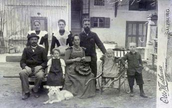 The foster parents Clara and Ignaz Varnschein with Wieland, Hellmuth, Charlotte and Hertha Herzfeld, Aigen near Salzburg, 1899. Photo: Otto Mathaus, Akademie der Künste, Berlin, JHA 595/11.6.3._02