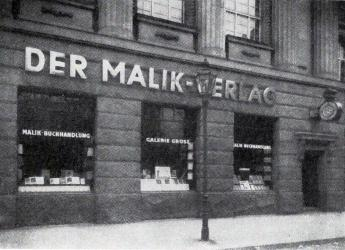 Malik bookshop and the Galerie Grosz, Berlin, Köthener Straße 38, ca. 1924. Foto reproduced from: Der Malik-Verlag, 1916–1947. Berlin 1966, S. 35, Akademie der Künste, Berlin, NB jh 507