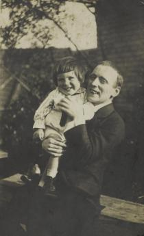 John Heartfield with his son Tom, Berlin, ca. 1920. Photo: Akademie der Künste, Berlin, JHA 600/16.3.13.