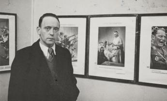 John Heartfield visits his exhibition room at the Mánes art society, Prague, 1936. Foto: Akademie der Künste, Berlin, JHA 620/36.1.3.01.