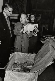 In Moscow Heartfield's works, which had been exhibited there in 1931, are returned to him, 1958. Photo: Akademie der Künste, Berlin, JHA 614/30.1.12.