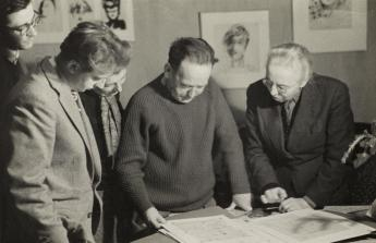 John Heartfield with Harald Metzkes, Werner Stötzer and Olga Tretjakowa in Alexandr Rodchenko's studio, Moscow, 1957. Photo: unknown photographer, Akademie der Künste, Berlin, JHA 608/24.1.9.