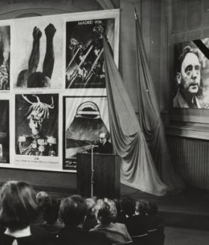 Wieland Herzfelde delivers a funeral speech for his brother John, Deutschen Akademie der Künste, 30th April 1968. Photo (detail): Akademie der Künste, Berlin, JHA 611/27.1.13.